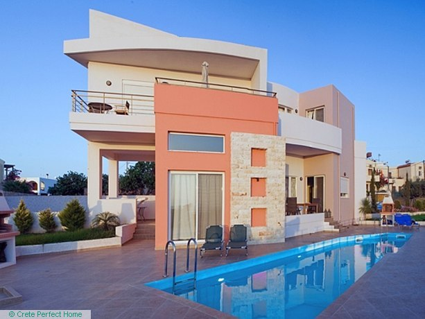 Modern 85m2 2-bedroom house with shared pool & close to beaches
