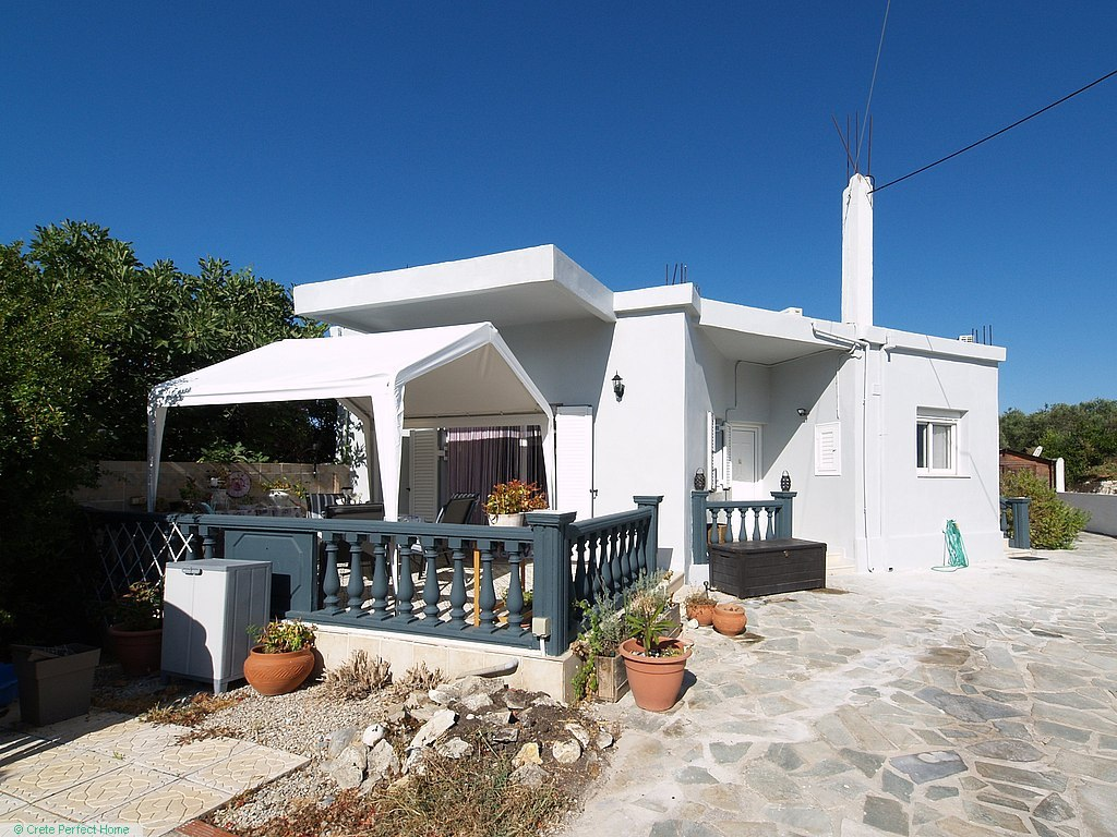 Modern 3-bedroom house in large garden, close to beach