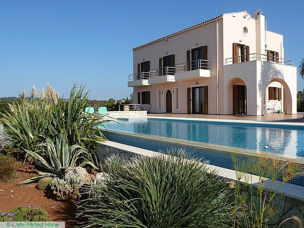 3-bed deluxe house, large plot, infinity pool, sea & mountain views