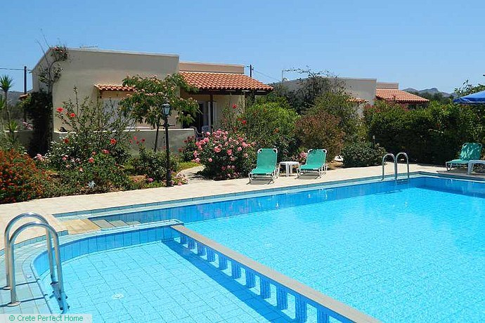 Small rental complex: 3 bungalows & pool, large grounds