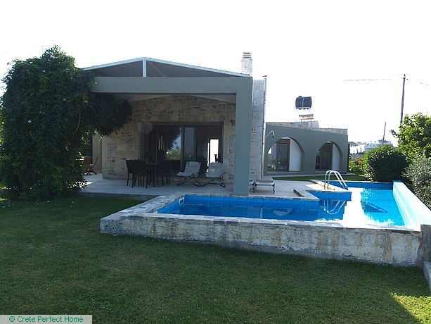 Villa & house with pool in large plot, EOT licence, huge build allowance
