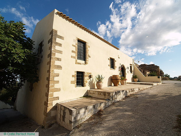 Renovated 4-bedroom olive mill, swimming pool, large garden, EOT licence
