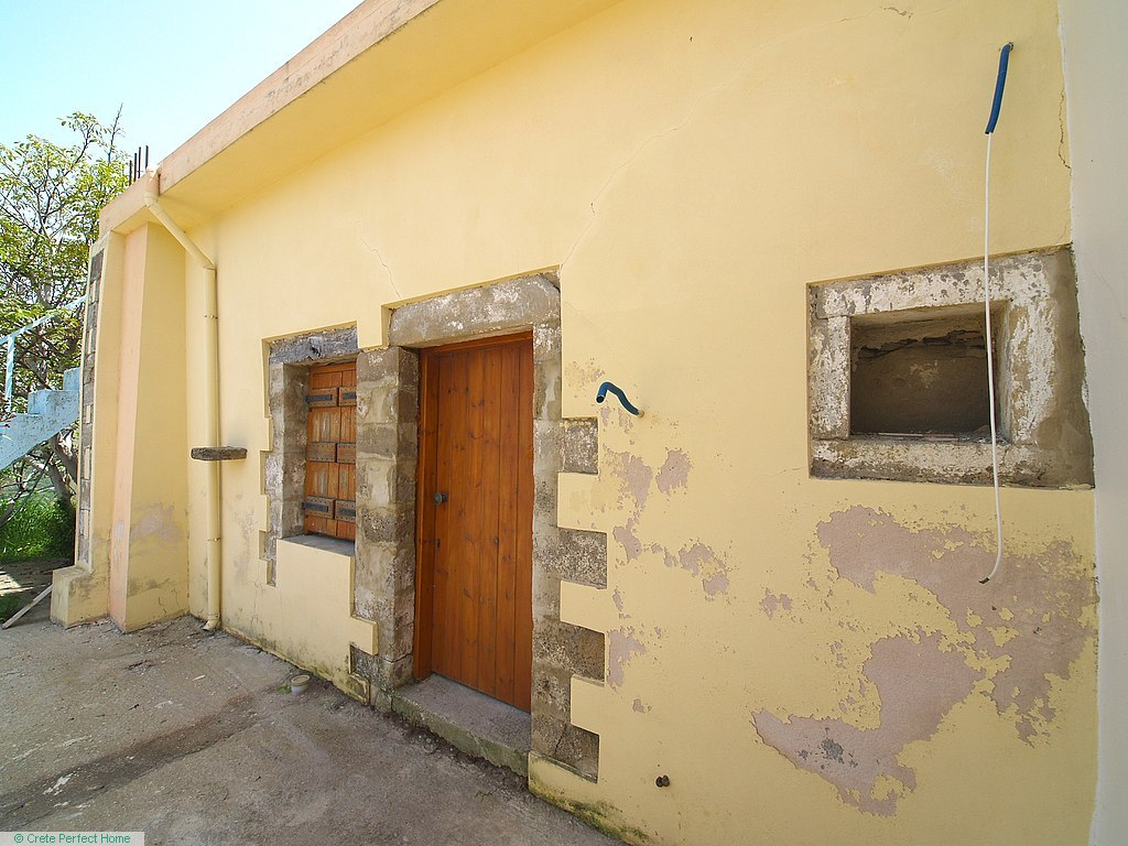 (Part-renovated) 3-room house, courtyard, roof terrace, building plot, lovely views