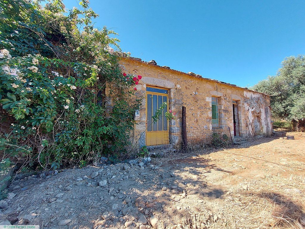 (Renovation) 5-room stone house & stable with garden, rural views