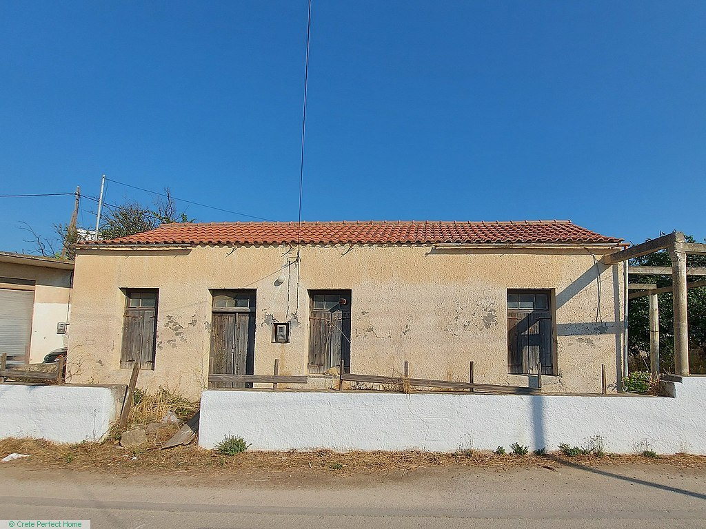 (Renovation) 6-room stone house with garden, large build allowance